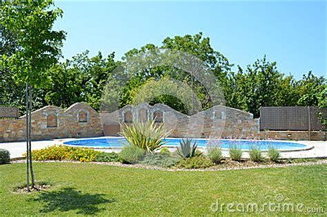 Schöner Garten Fotos 3753 by Sch 246 Ner Garten Mit Pool Und Aufgebautem Zaun Lizenzfreies