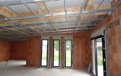 construction d'une maison moderne avec toiture bac acier