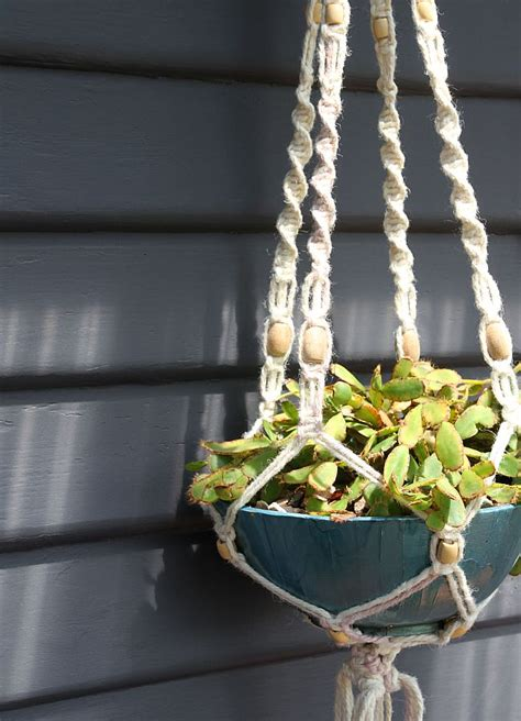 Hanging Macrame Planter - how to make a macrame hanging planter
