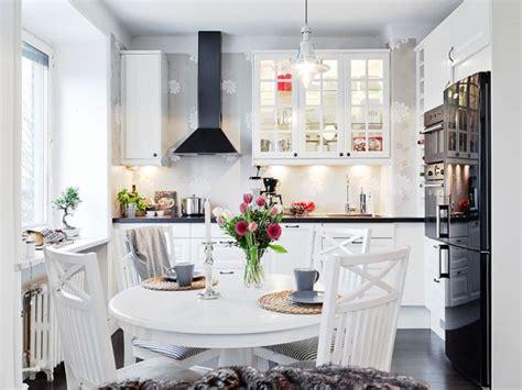 swedish small apartment kitchen design home round czarny okap i czarne blaty w białej kuchni zdjęcie w