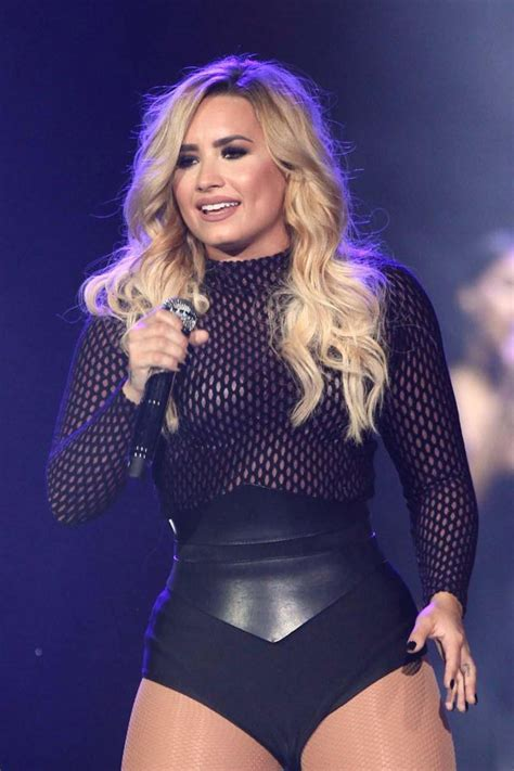 demi lovato new blonde hair demi lovato debuts bright blonde hair after announcing