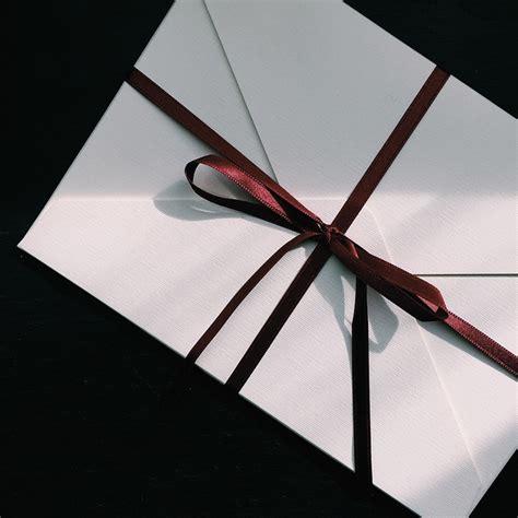 lettere raccomandate postino gettava lettere e raccomandate nella spazzatura