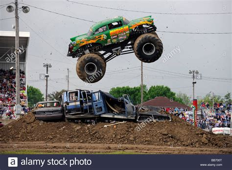monster truck freestyle videos avenger monster truck in freestyle competition at 4x4 off