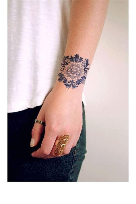 lotus tattoo cliche une fleur de lotus au poignet tattoos pinterest