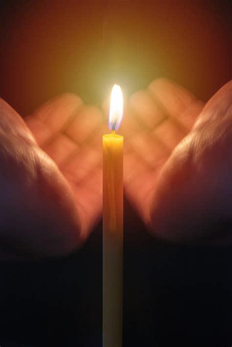 candela accesa reggono una candela accesa dal vento scaricare