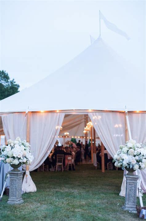 Tenda Jadi 13 Inspirasi Resepsi Pernikahan Di Bawah Tenda Yang Tak Melulu Biru Terasa Hangat Dekat Dan