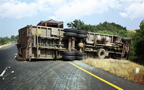 Minyak Goreng Per Tangki truk tangki isi minyak goreng tabrak empat mobil dan rumah