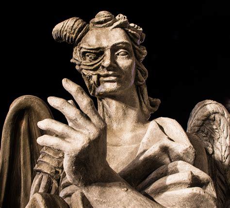 la statua di angeli e demoni juzaphoto