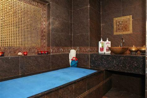 baignoire maroc salle de bain marocaine du luxe des couleurs et de l