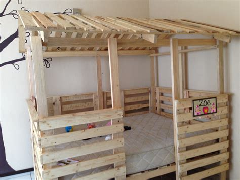 diy pallet bed projects casa cama hecha de pallets tama 241 o house bed made out