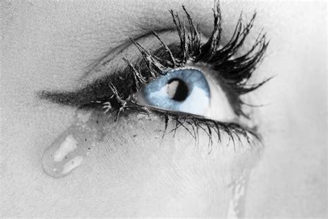 imagenes de ojos azules llorando 涙活の意味と効果 涙を流してストレス解消 涙活にお勧めな映画をご紹介 barber hideのブログ