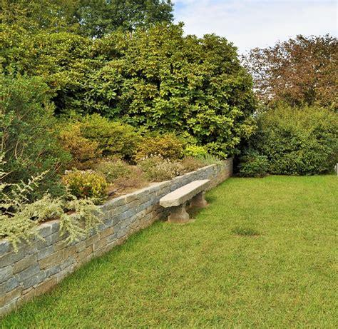 muretti in pietra per giardini foto muretto e seduta in pietra di architettura di