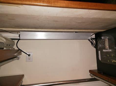 schreibtisch computer verstecken h 246 henverstellbaren tisch zum zocken selber bauen