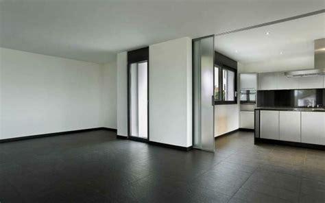 vetrate scorrevoli per interni cucina e soggiorno divisi da porte scorrevoli in vetro