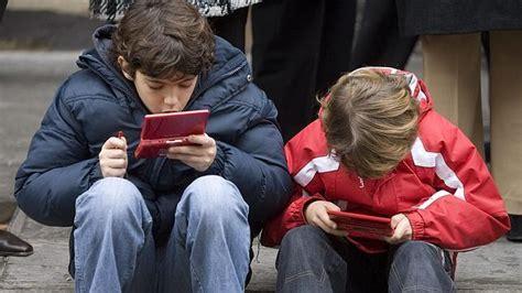 imagenes de niños obesos jugando videojuegos ni 241 os jugando a videojuegos abc es