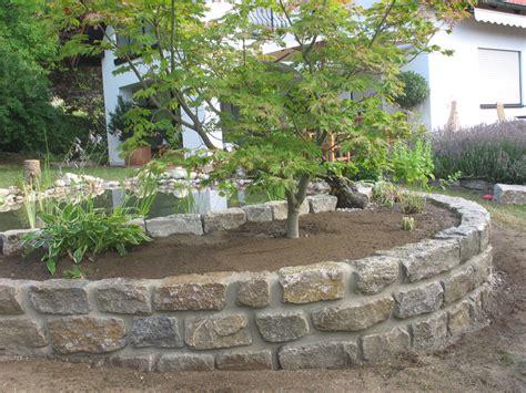 Garten Natursteine by Mauer Garten Baum Gemauertes Beet Trockenmauer