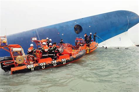korean rescue divers search sunken south korea ferry for hundreds of missing nbc news
