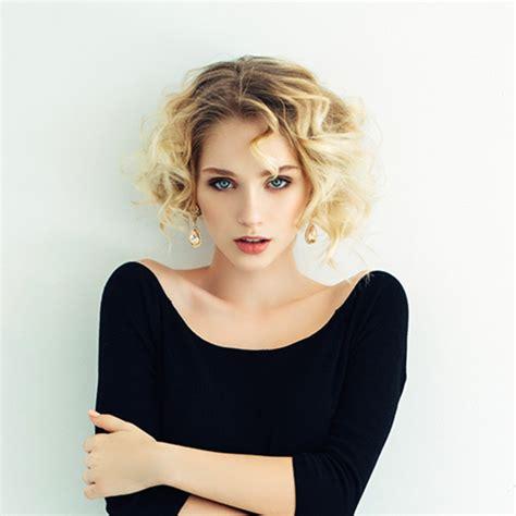 capelli le acconciature per sembrare pi 249 giovani glamour it immagini acconciature capelli immagini di acconciature per