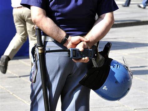 questura di cinisello balsamo permesso di soggiorno tzetze politica tzetze arrestati due poliziotti