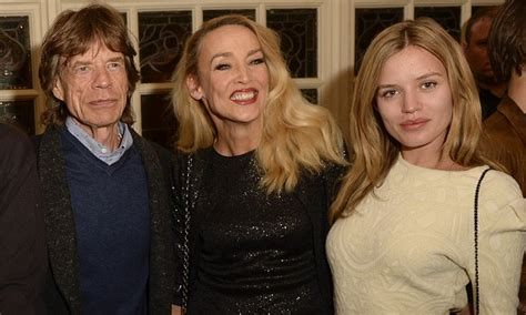 it looks a h 2014 2015 jerry hall porte le lob blond jerry hall can t keep the smile off her face as she is