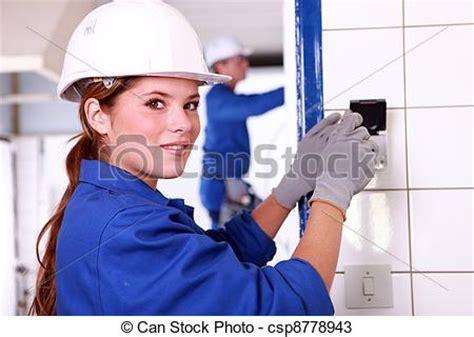 imagenes mujeres y hombres trabajando stock photos of young female electrician wiring a building