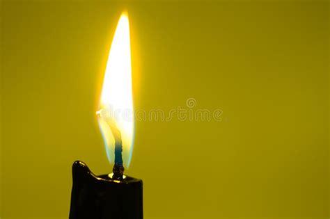 schwarze kerzen schwarze kerzen licht nahaufnahme stockfoto bild