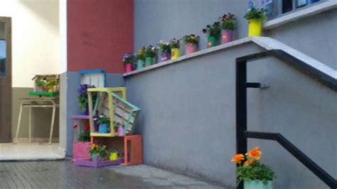 fioriere colorate ardea fioriere colorate davanti alla scuola vandalizzata