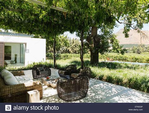 feuerstelle auf terrasse feuerstelle und sesseln auf luxus terrasse mit blick auf