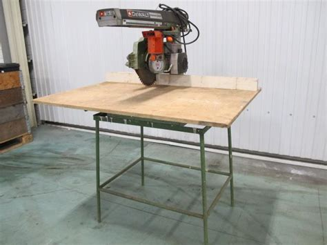 afkortzaag voor metaal en hout dewalt dw125 powershop afkortzaag op onderstel voor hout
