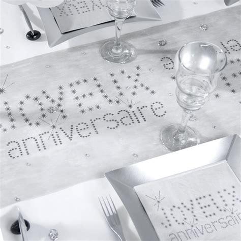 chemin de table joyeux anniversaire gris maplusbelledeco
