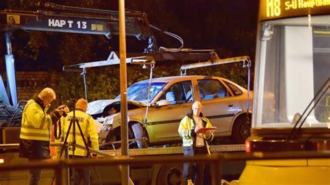 Berlin Auto Rast In Haltestelle by Unfall Berlin Auto Rast In Tram Haltestelle Frau