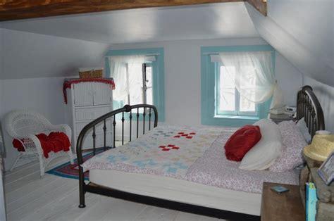 chambre mansard馥 une chambre sous les toits aux planchers peints en blanc