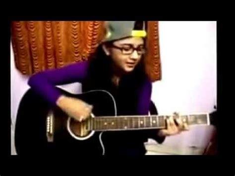 cara bermain gitar sambil nyanyi cewek cantik lagi asyik nyanyi lagu india sambil main