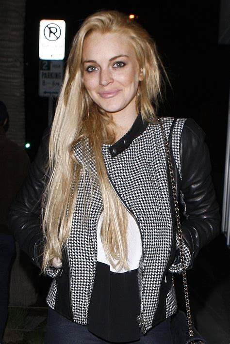 lindsay lohan friends lindsay lohan enjoys a night out with friends at hal s bar