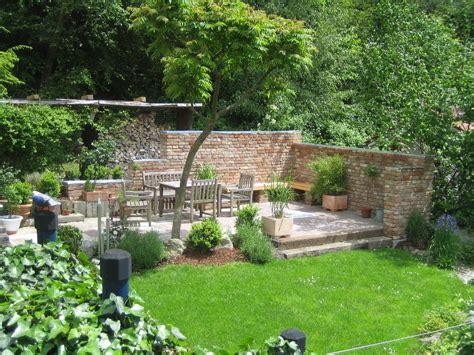 terrassensitzplatz mit ziegelmauer garten garten