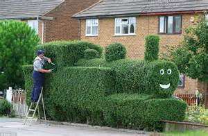 garten hecken ideen get his own branch line hedge turned into tank