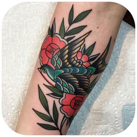 tattoo old school femme tattoo oiseau hirondelle old school bras tatouage femme