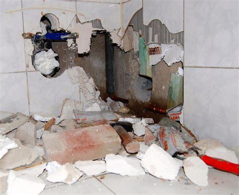 wann muss der vermieter das bad sanieren wasserschaden schnell handeln bauen de