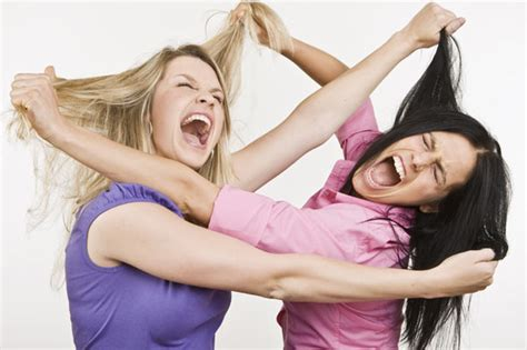imagenes mujeres peleando mums fight at school gates mum attacked while holding
