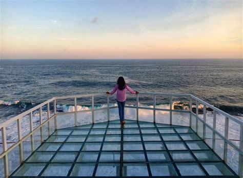 menikmati keindahan ombak pantai selatan  teras kaca