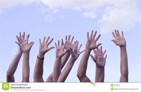 imagenes de varias manos manos levantadas en aire contra el cielo imagen de archivo