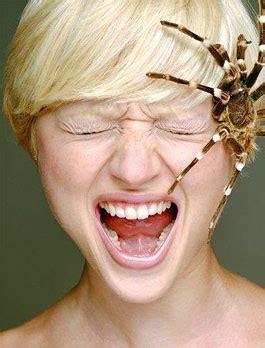 prurito all orecchio interno ragno annidato nell orecchio foto donna choch in cina