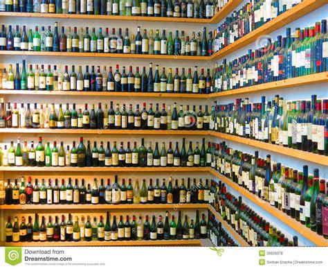 scaffali per bottiglie di bottiglie di sugli scaffali fotografia stock