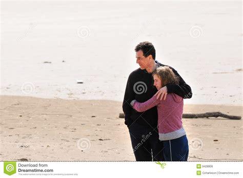 padre padre e hija culean en ausencia de su madre girls padre e hija adolescente en la playa imagen de archivo