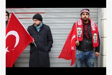 consolato italiano olanda uomo issa bandiera turca su consolato olanda a istanbul
