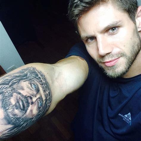 ex bbb jonas sulzbach faz tatuagem com rosto de jesus