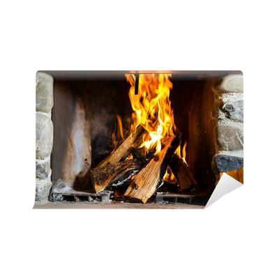 camino con fuoco carta da parati camino con fuoco in una baita di montagna