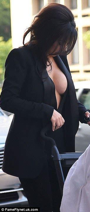 Mam Niple Uk X goes without bra and flashes major