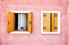 persiane in legno fai da te verniciare finestre e persiane con impregnante e finitura