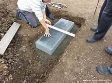 Blockstufen Beton Setzen - podest mit palisaden abgestellt gartengestaltung mit